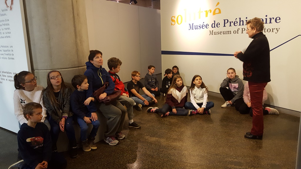 Les enfants de Cenves au musée de Solutré